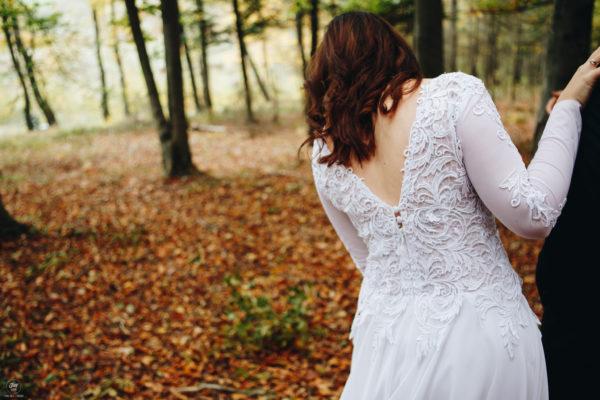 fotografia slubna sesja zdjecia plener slubny w lesie panna mloda suknia slubna fryzura slubna